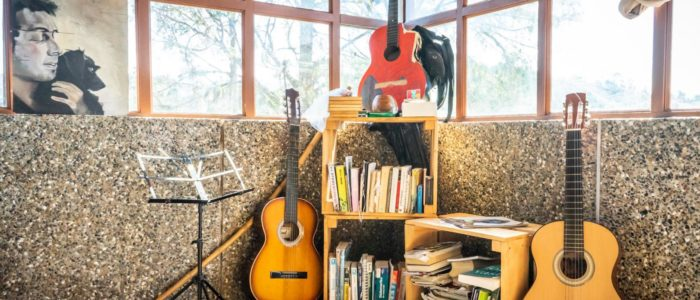 Guitar and books exchange of Casa Kayam